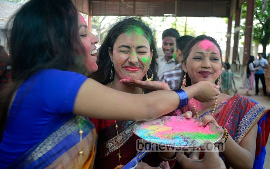 Teenagers celebrate the Dol (Holi) festival at Dhakeshwari National Temple on Thursday. Photo: bdnews24.com