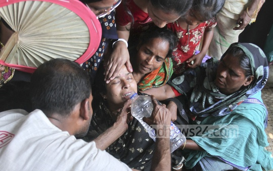 Relatives wail beside the body of a devotee who died during Friday's stampede at the 'Astami Snan', the Hindu holy bath in the Old Brahmaputra River at Langalbandh, Narayanganj. Photo: tanvir ahammed/ bdnews24.com