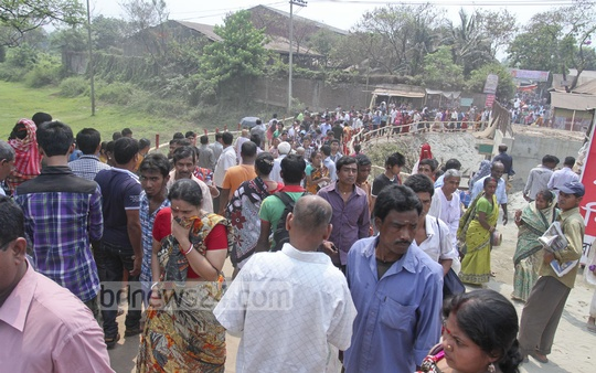 Hindu devotees throng the bank of the Old Brahmaputra River at Langalbandh in Narayanganj to take part in 'Ashtami Snan' ritual on Friday. Photo: tanvir ahammed/ bdnews24.com