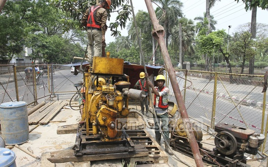 Geological surveys are being conducted at various points in Dhaka for the Metro Rail Project. Photo was taken at Dhaka University on Friday. Photo: nayan kumar/ bdnews24.com