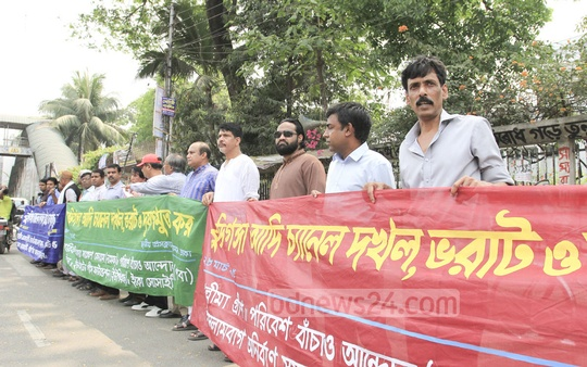 Various organisations form a human chain in front of the National Press Club on Saturday demanding reclaiming of the original channel of the Buriganga River and to prevent river pollution. Photo: asif mahmud ove/ bdnews24.com