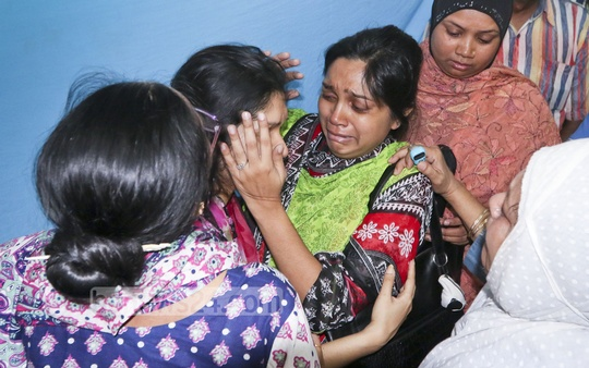 Members of Railways Minister Md Mazibul Hoque's family burst into tears after the body of his elder brother and former bureaucrat, ABM Abdul Latif, is taken home. It was fished out from Dhanmondi Lake on Sunday. Photo: asaduzzaman pramanik/ bdnews24.com