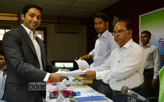 Bobby Hajjaj files nomination papers on Sunday to compete for mayor of the Dhaka North City Corporation. Photo: tanvir ahammed/ bdnews24.com