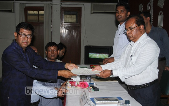 Nader Chowdhury files nomination papers on Sunday to compete for mayor of the Dhaka North City Corporation. Photo: tanvir ahammed/ bdnews24.com
