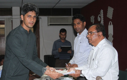 Junaid Saki files nomination papers on Sunday to compete for mayor of the Dhaka North City Corporation. Photo: tanvir ahammed/ bdnews24.com