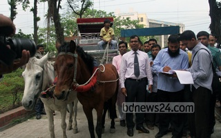 A Dhaka North mayor aspirant was fined Tk 20,000 when he came to submit nomination papers in a horse carriage.