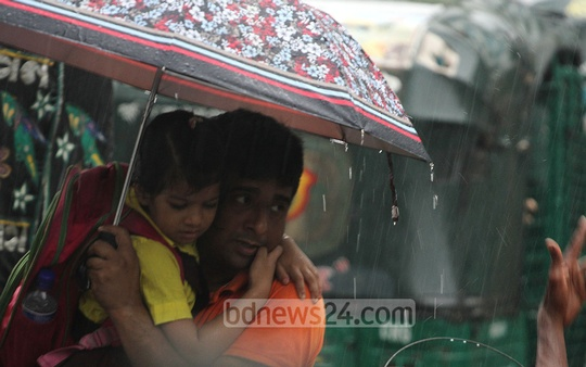 Chittagong witnesses unseasonal rain in Spring on Tuesday. Photo: suman babu/ bdnews24.com