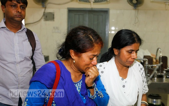 Relatives of 45-year-old Pinky Biswas, who was killed in an unusual attack by an associate, break down in tears at Dhaka Medical College and Hospital on Tuesday. Photo: bdnews24.com