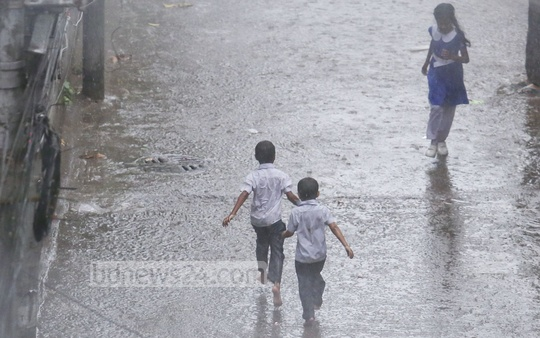 Dhaka witnesses unseasonal rain in spring on Wednesday. Photo: asaduzzaman pramanik/ bdnews24.com
