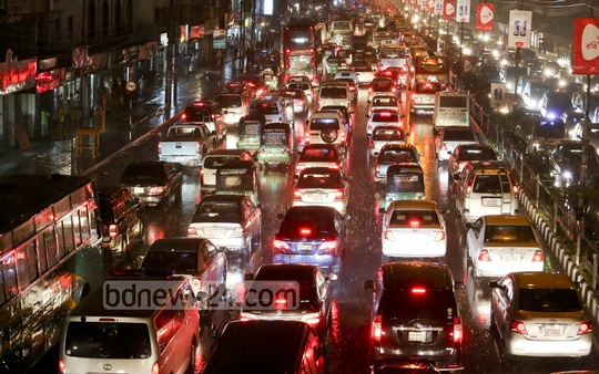 Traffic snarl at Airport Road in Dhaka due to sudden rain on Wednesday night. Photo: asaduzzaman pramanik/ bdnews24.com