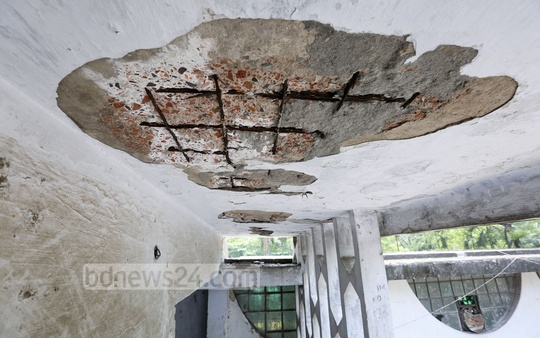 Most of the rooms and varanda in Dhaka University's Surya Sen Hall, built in 1967, are wearing out. On Wednesday a porch of the hall's auditorium collapses injuring two. Photo: asaduzzaman pramanik/ bdnews24.com
