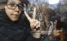 War criminal and death-row convict Mohammad Kamaruzzaman's children flash the victory sign while leaving the Dhaka Central Jail after meeting their father on Saturday. Photo: nayan kumar/ bdnews24.com