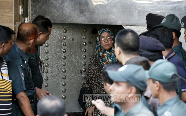 Death-row war crimes convict Jamaat-e-Islami leader Mohammad Kamaruzzaman's wife Nurunnahar at Dhaka Central Jail gates after visiting her husband on Saturday. Photo: tanvir ahammed/ bdnews24.com