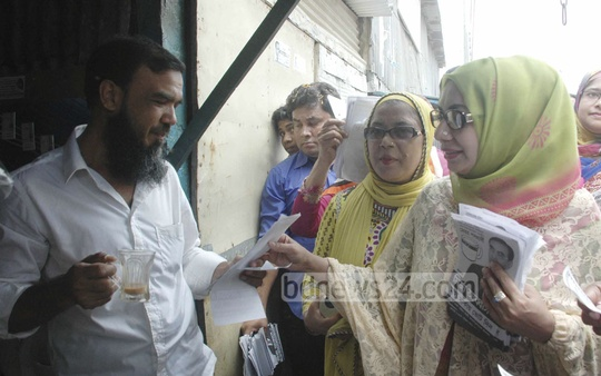 BNP-backed Dhaka South City Corporation mayor candidate Mirza Abbas' wife Afroza Abbas campaigns at Kamrangirchar on Friday. Photo: bdnews24.com