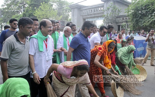 Flanked by TV and film stars, Dhaka North City mayor aspirant Annisul Huq runs his campaign by holding a 'symbolic' cleanliness drive at Gulshan on Saturday. Photo: tanvir ahammed/ bdnews24.com