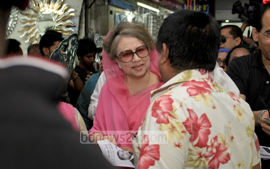 BNP Chairperson Khaleda Zia campaigns for the party-endorsed Dhaka North City Corporation mayor candidate Tabith Mohammed Awal at Gulshan-1 DCC Market on Saturday . Photo: asif mahmud ove/ bdnews24.com