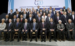 G20 Finance ministers and central bank governors pose for a group photo at the IMF spring meetings in Washington April 17, 2015. Photo: Reuters