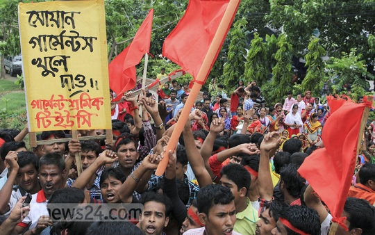 Several hundred ready-made garment workers of the recently closed Swan Garments' factory protest in front of BGMEA Bhaban in Dhaka, demanding the reopening of the unit and payment of arrears. Photo: asif mahmud ove/ bdnews24.com