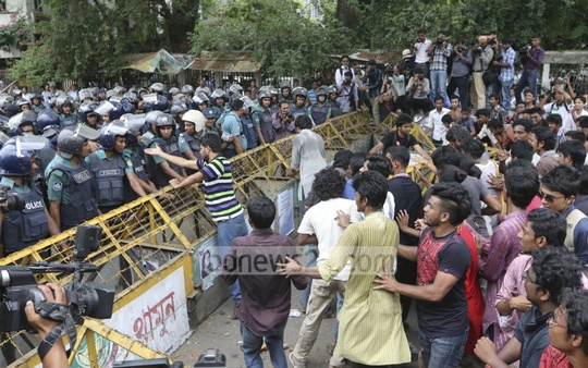 Leaders and activists of Students Union are held up by police on Tuesday as they tried to enter secretariat to submit a memorandum to the home ministry demanding immediate arrest of those responsible for the sexual assault on women during Bengali New Year celebrations. Photo: asaduzzaman pramanik/ bdnews24.com