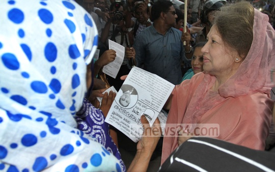 BNP Chairperson Khaleda Zia campaigns for the party-endorsed Dhaka South City Corporation mayor candidate Mirza Abbas at Dhaka's Shantinagar on Tuesday. Photo: nayan kumar/ bdnews24.com