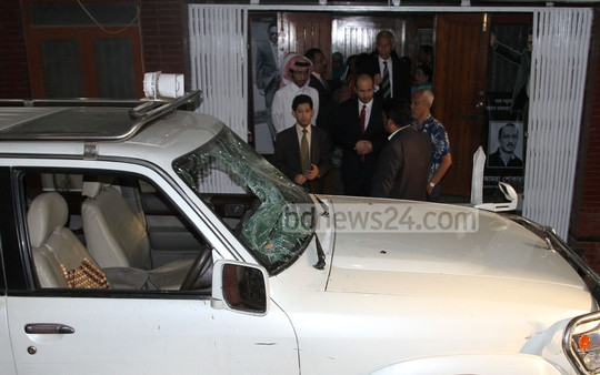Diplomats of various countries visit BNP Chairperson Khaleda Zia's Gulshan office in Dhaka on Tuesday and inspect the damaged vehicles, which came under attack when the party chief was campaigning at Dhaka's Karwan Bazar yesterday. Photo: nayan kumar/ bdnews24.com