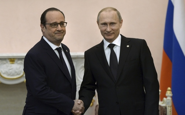 Russian President Vladimir Putin (R) shakes hands with his French counterpart Francois Hollande during a meeting in Yerevan, Armenia, April 24, 2015. REUTERS