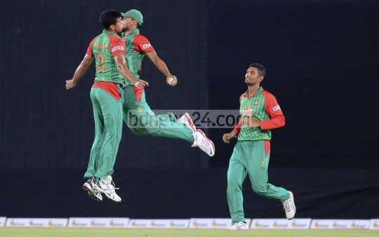 Bangladesh pacer Taskin Ahmed (L) celebrates with captain Mashrafe Bin Mortaza (C) as Mohammad Mahmudullah looks on after the dismissal of Pakistan batsman Ahmed Shehzed during the T20 match at Dhaka's Sher-e-Bangla National Cricket Stadium on Friday. Photo: mustafiz mamun/ bdnews24.com