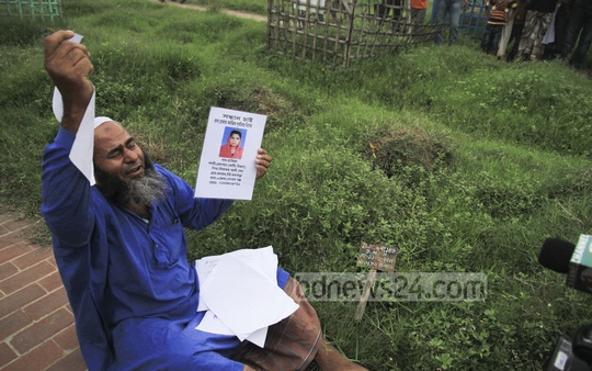 Liakat Ali Sheikh breaks down in tears at Jurain graveyard on Friday where he came to visit the grave of his daughter 'Rafiza', who died in the Rana Plaza collapse two years ago. Photo: tanvir ahammed/ bdnews24.com