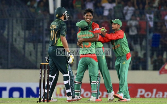 Bangladesh pacer Mustafizur Rahman celebrates with teammates after the dismissal of Pakistan batsman Shahid Afridi during the T20 match at Dhaka's Sher-e-Bangla National Cricket Stadium on Friday. Photo: mustafiz mamun/bdnews24.com