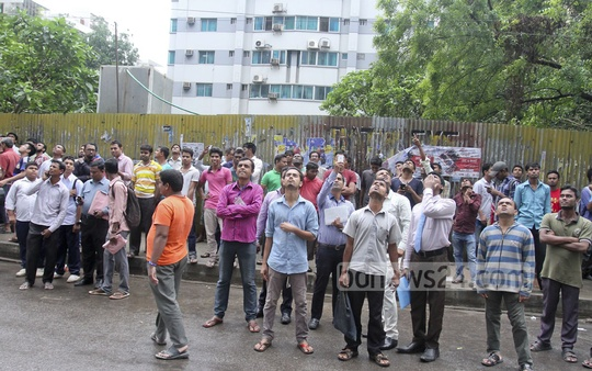 Curious onlookers gather in front of 'Mohammad Tower' in capital's Banani as the multi-storey building tilts in an earthquake on Saturday. Photo: tanvir ahammed/ bdnews24.com