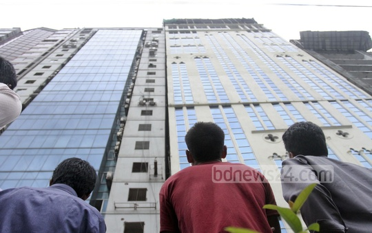 Curious onlookers gather in front of 'Mohammad Tower' in capital's Banani as the multi-storey building tilted in an earthquake on Saturday. Photo: tanvir ahammed/ bdnews24.com