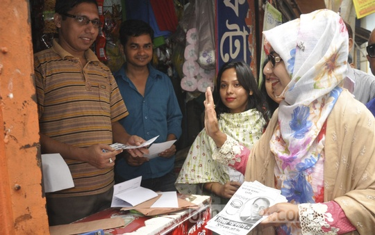 Afroza Abbas, wife of BNP-backed Dhaka South mayor candidate Mirza Abbas, campaigns in Paltan on Sunday, the last day for city poll campaigns.