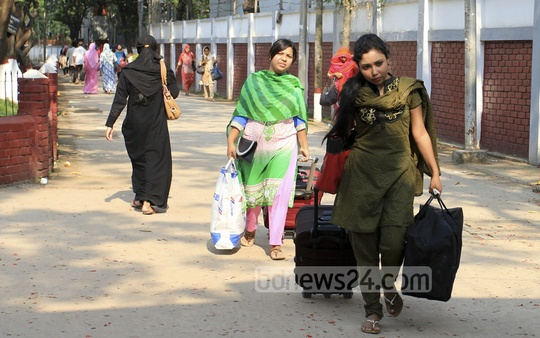 Eden College students evacuate a dormitory on Monday after tremors over the last two days left cracks in 29 rooms of the 11-storey building. Photo: asif mahmud ove