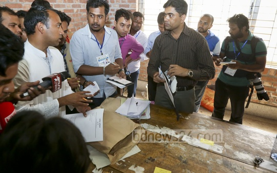 Tabith Awal files a complaint at the voting centre in Tejgaon College. In a few hours, the BNP-backed candidate for North Dhaka alleged that his polling agents were being driven out from the voting centres and decided to quit Tuesday's city polls.