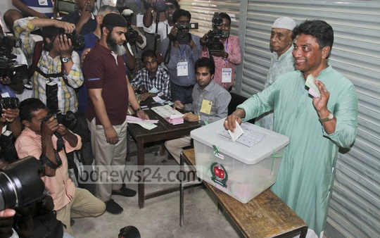 AL-backed Dhaka North mayor runner Annisul Huq arrives at the Banani Bidya Niketan School and College to cast his vote on Tuesday.