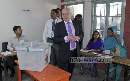 Robert Gibson, the British high commissioner in Dhaka, visits the poll centre at the Banani Bidya Niketan School and College on Tuesday.
