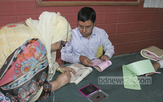A female voter casts her ballot at the Banani Bidya Niketan School and College on Tuesday to elect mayor and councillors.