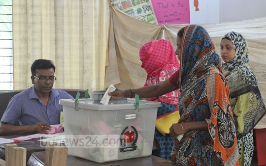 A voter casts ballot at Mohakhali's T&T Ideal Girl's High School during the city corporation elections on Tuesday.