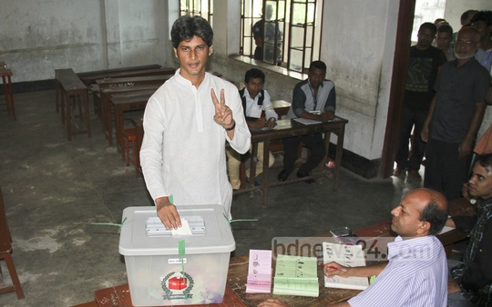 Dhaka North mayor contender Zonayed Saki casts his vote on Tuesday at the Ispahani Girls School and College.