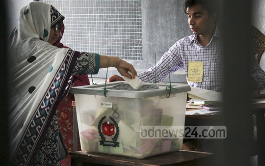 A female voter casts her ballot at the Dhanmondi Government Boys High School on Tuesday.