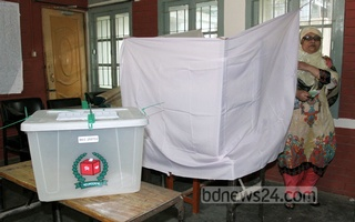 A woman votes at a polling centre in Dhaka's Banani Bidya Niketon School and College on Tuesday. Photo: tanvir ahammed