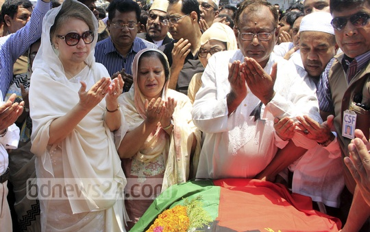 BNP Chairperson Khaleda Zia offers prayers after paying her respects to Nasir Uddin Ahmed Pintu in front of the party's Naya Paltan headquarters on Monday.