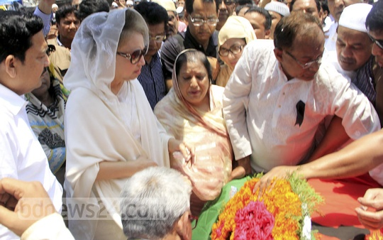 BNP Chairperson Khaleda Zia places wreath at the coffin of Nasir Uddin Ahmed Pintu in front of the party's Naya Paltan headquarters on Monday.