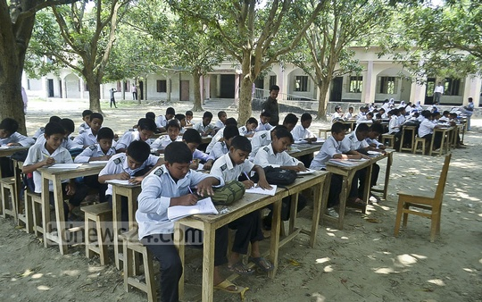Khorhkhorhi High School building in Rajshahi locked down after a crack developed following the earthquake on Apr 25. Students are taking lessons under the open sky. Photo: Gulbar Ali Juwel