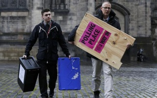 Ballot boxes are carried across West Parliament Square in Edinburgh Scotland, Britain May 6, 2015. Britain will go to the polls in a national election on May 7. Reuters