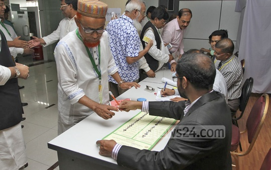 Voting at FBCCI polls at Motijheel's Federation Bhabanon Saturday. Photo: nayan kumar