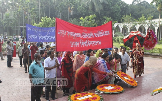 Dhaka University teachers and students pay tributes on Monday at the grave of National Poet Kazi Nazrul Islam on the campus to mark his birth anniversary.