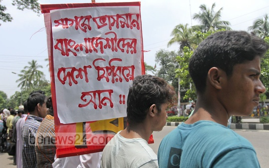 Several organisations stage a human-chain protest in front of Dhaka's National Press Club on Tuesday against smuggling of people. According to international media, around 3,500 migrants, including Rohingyas from Myanmar and Bangladeshis, are stranded in boats at the Andaman Sea. Photo: tanvir ahammed