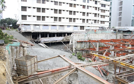 Authorities on Thursday pump sand to fix subsidence at Karwan Bazar site after parts of a side alley was destroyed putting the six-storey Hotel Sundarban at risk. Photo: nayan kumar