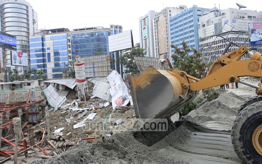 The authorities continue to dump sand to fix the subsidence at the site of the National Bank's Twin Tower, under construction at Karwan Bazar. The photo was taken on Friday. Photo: asif mahmud ove